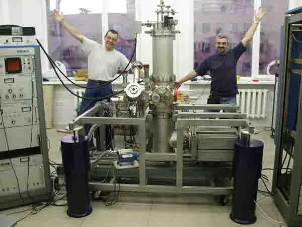 Nitrogen-Free Helium Cryostat